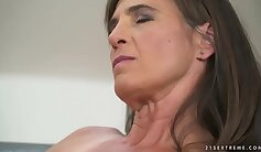 Camgirl Mature shows off her riding